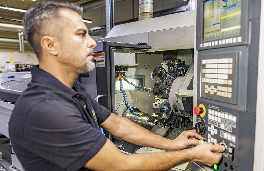 Einrichtung einer Drehmaschine bei Zeh Präzision