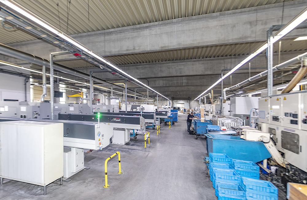Hauptgang in der Maschinenhalle der Fertigung 1 bei Zeh-Präzision in Illertissen
