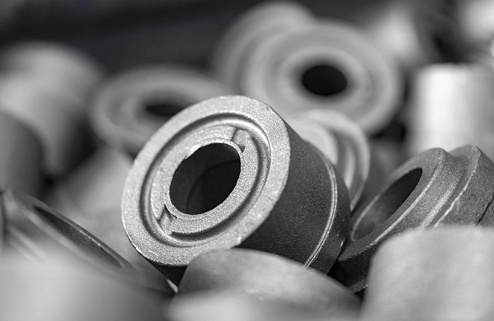 Rohteile im eigenen Material-Lager vor der Bearbeitung